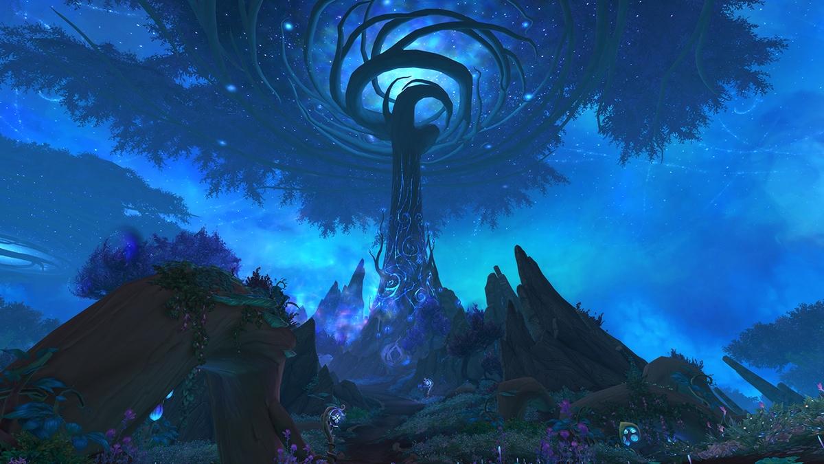 Bild: Ein blau leuchtender Baum ragt aus einer felsigen, mit Blumen und Pflanzen überwachsenen Landschaft empor.