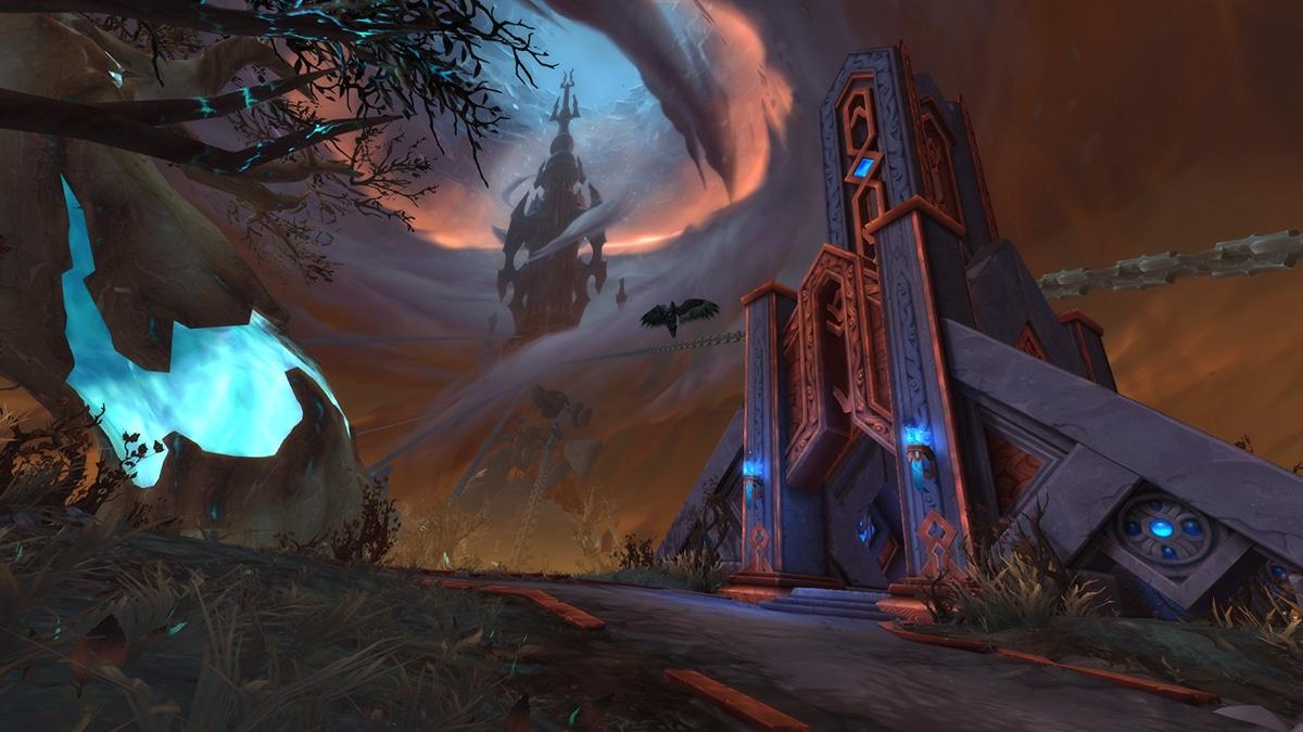 Bild: Torghast ragt im Hintergrund in den zerrissenen Himmel auf. Ketten erstrecken sich vom Turm aus über die Landschaft.