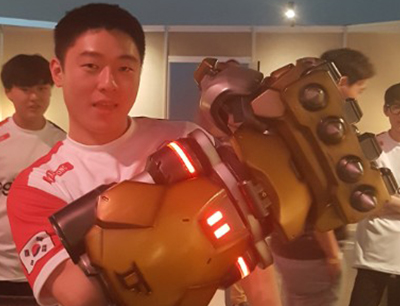 Ryujehong wearing Doomfist gauntlet
