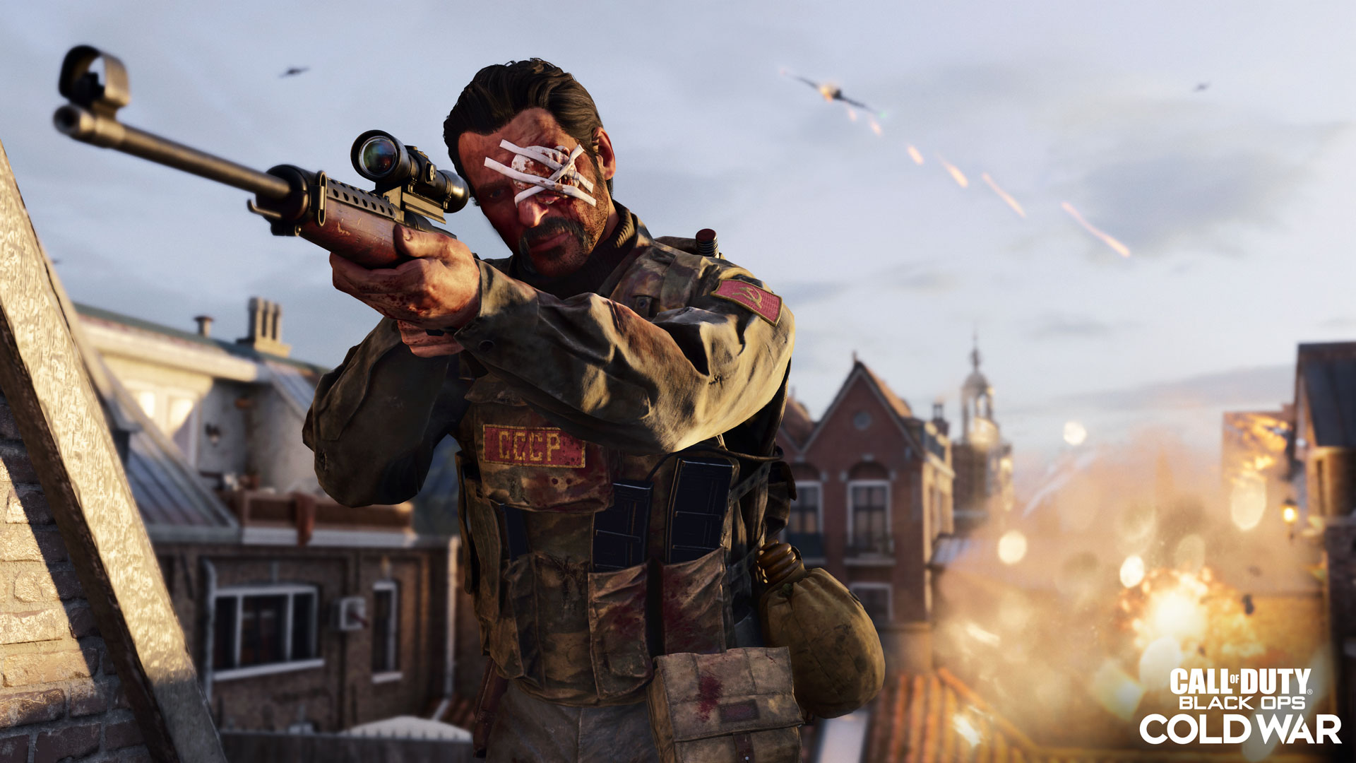 Mann mit bandagiertem Auge hält eine Waffe