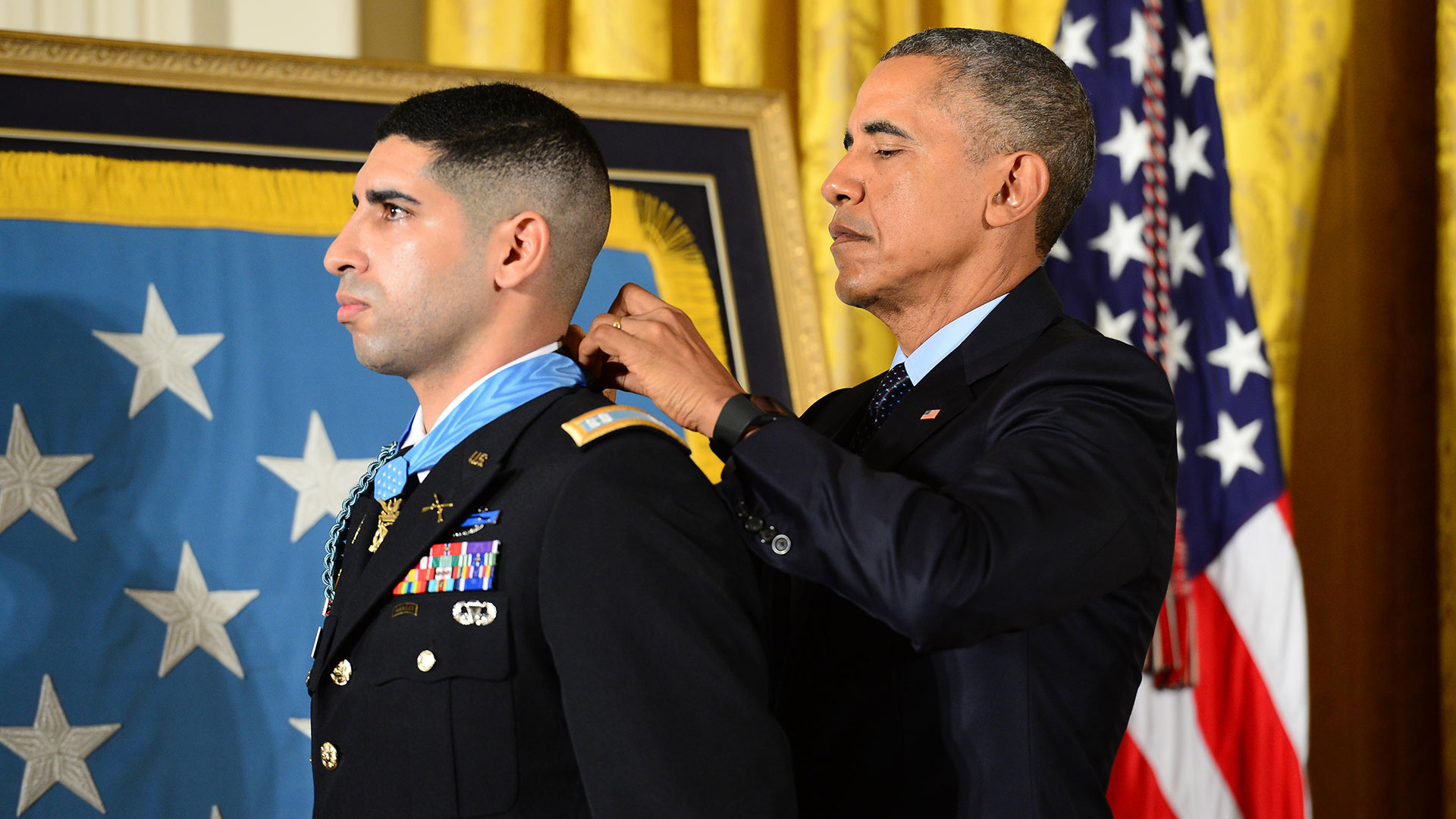 Obama giing an award to a soldier