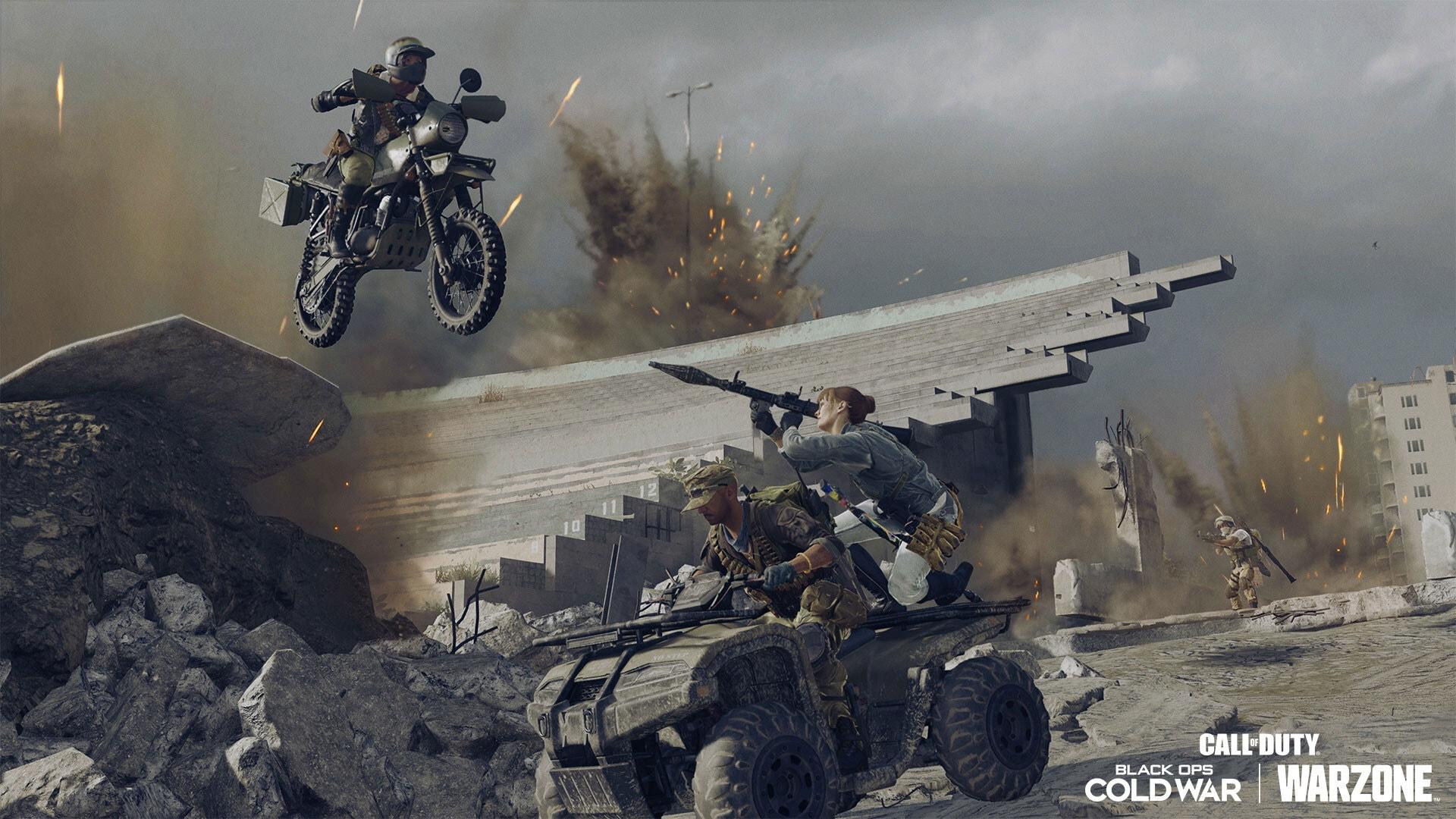 Menschen auf einem Allradfahrzeug, die mit einem Raketenwerfer auf eine Motorrad fahrende Person zielen