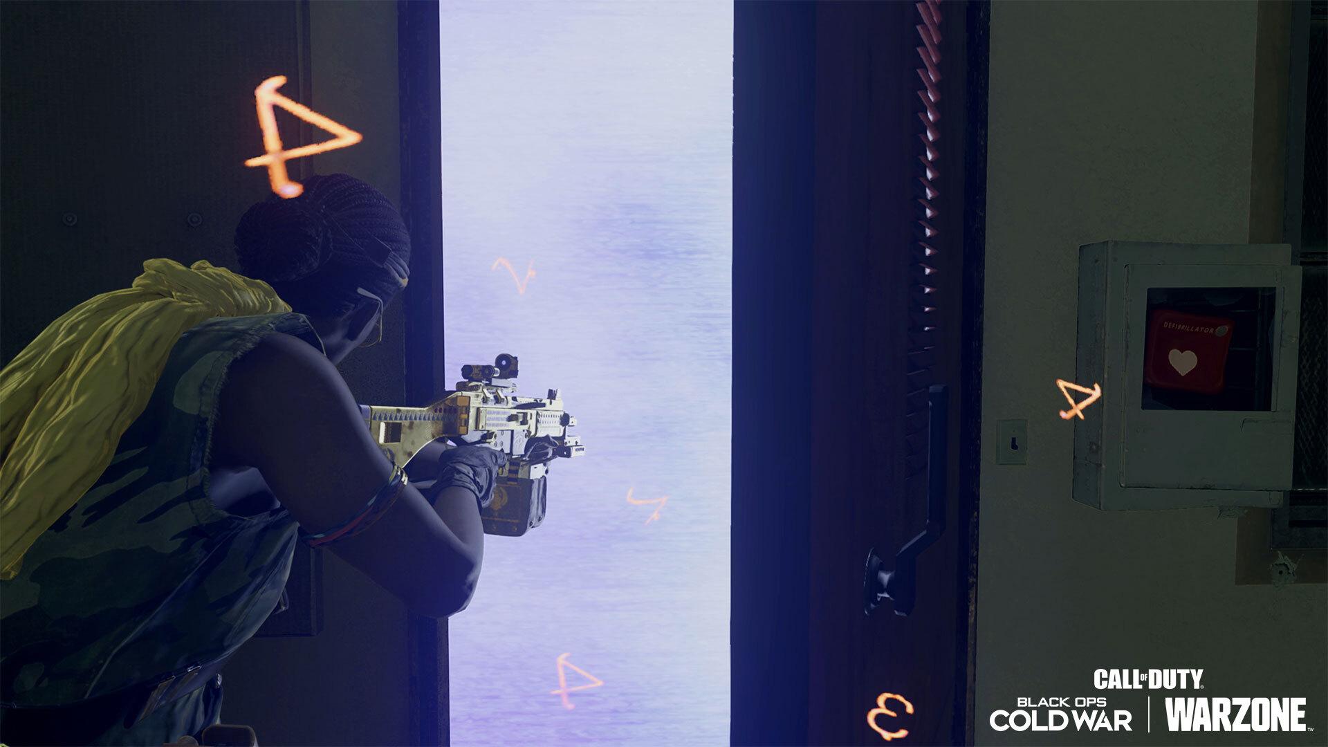 Frau zielt mit der Waffe durch eine Türöffnung, dem Zuschauer hat sie den Rücken zugewandt
